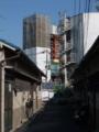 [第二京阪道路]近くの住居を圧迫する橋脚