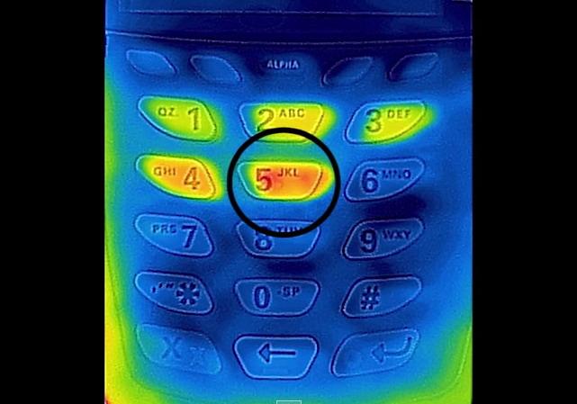 熱を帯びたボタンを確認すれば暗証番号がバレる