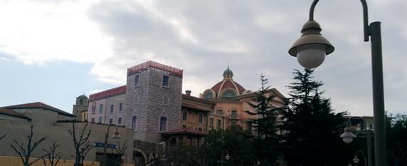 左の建物は工事中