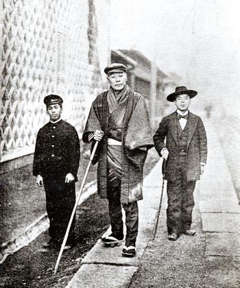 福沢諭吉の身長を物語る学生との写真