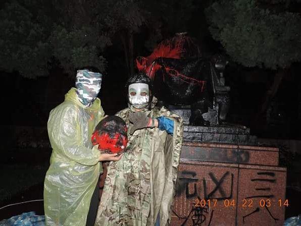 台湾建国工程隊による蒋介石像切断