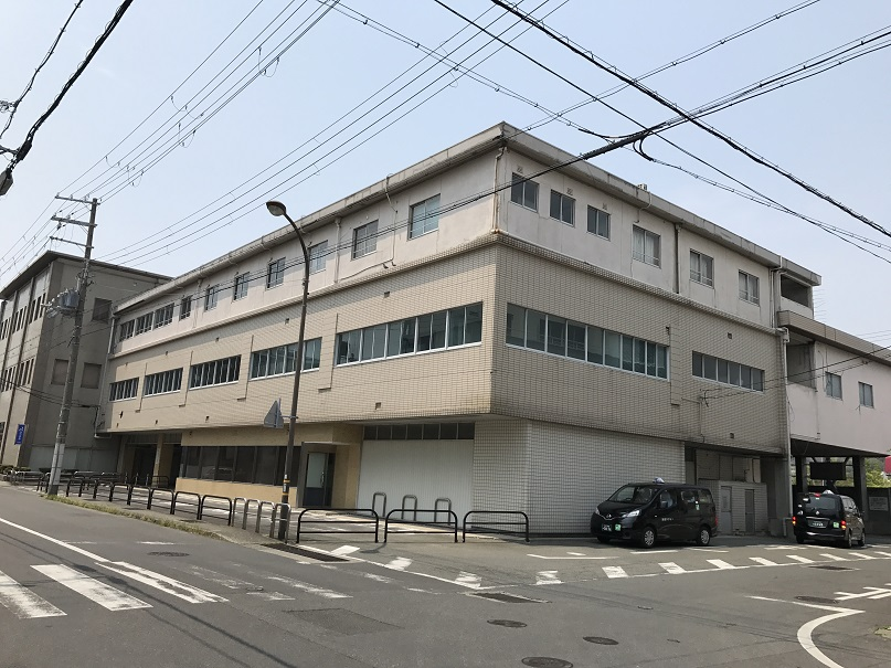 元洲本駅と洲本観光会館。今は淡路交通の車庫