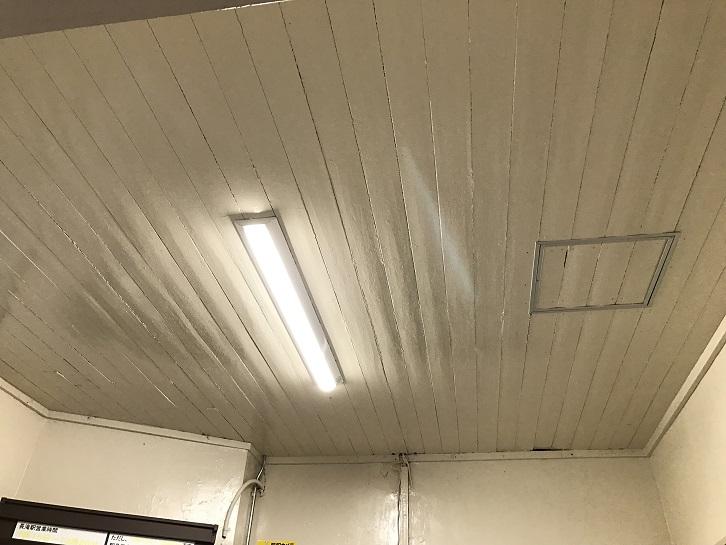 長滝駅駅舎の天井。木造で阪和電鉄時代のまま