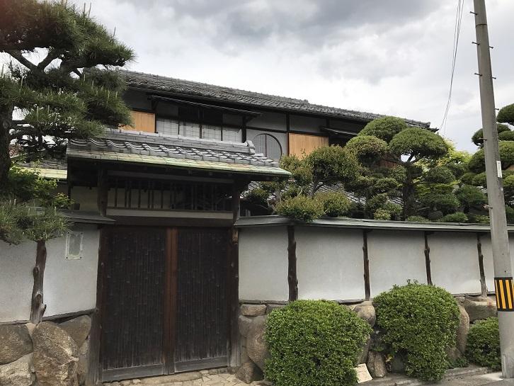 上野芝向ヶ丘町の丸窓が残る住宅2