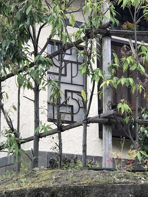 窓の装飾がきれいな上野芝向ヶ丘町の住宅