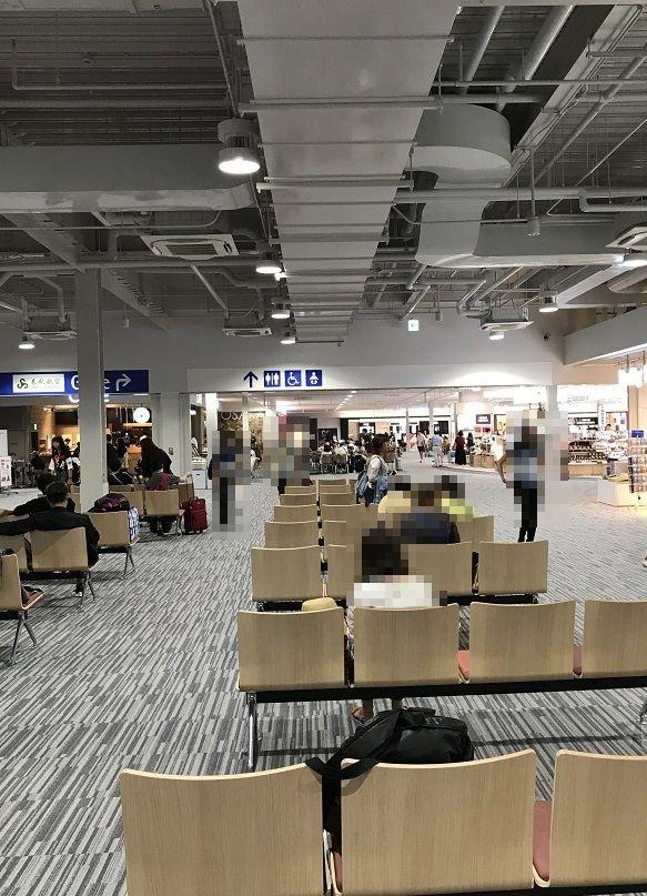 関西空港旅客第二ターミナル待合室と免税店