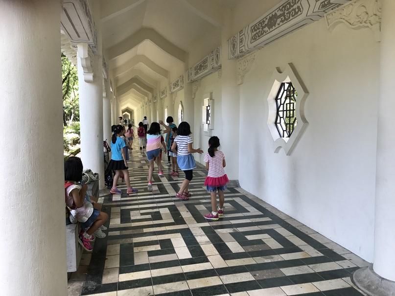 中正紀念堂の通路で遊ぶ女の子たち