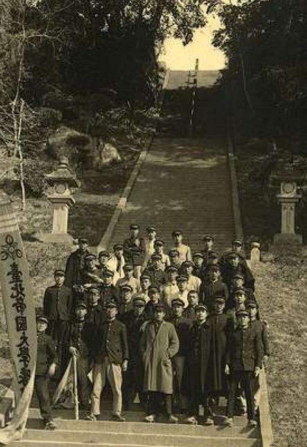 台北帝国大学予科ー芝山巌神社前学生写真
