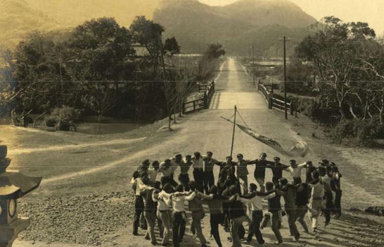台北帝国大学予科の学生たちー芝山巌神社前にて
