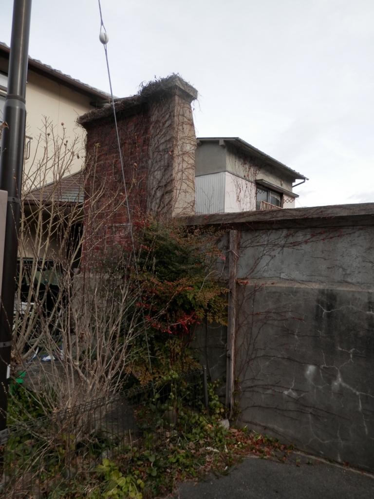 洲本市街謎のレンガ壁1