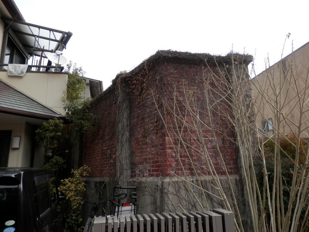 洲本市街謎のレンガ壁2