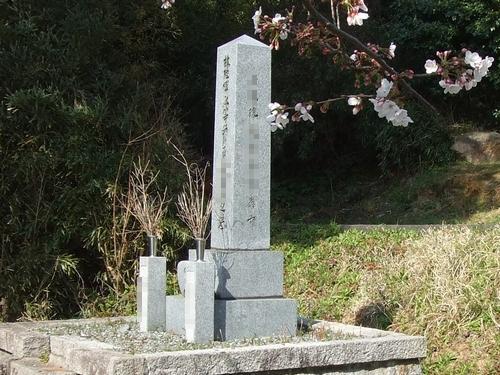 戦死者の墓先が尖った四角錐