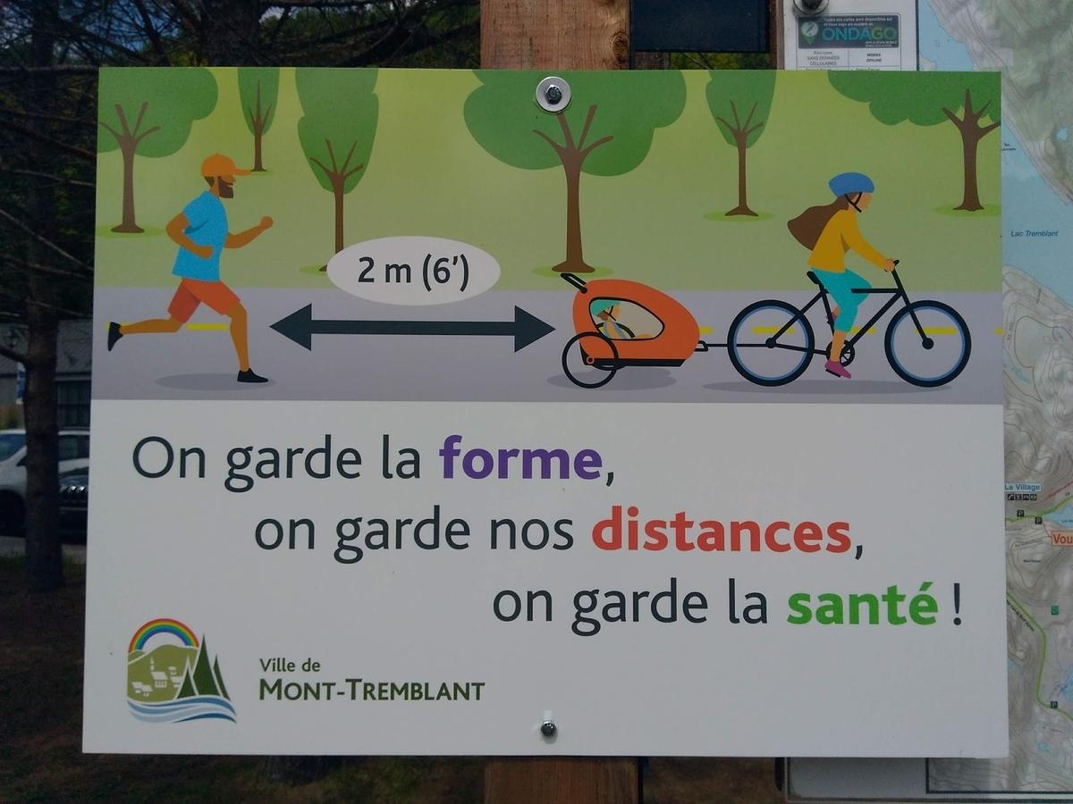 Mt. Tremblantのバイクパス沿道のコロナ対策で2メートルの距離を確保することを呼びかけるポスター