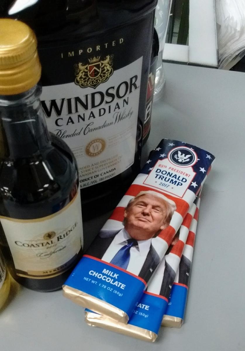 免税店のレジに陳列されるドナルド・トランプ写真入りチョコレート