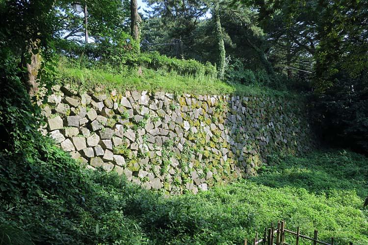 高岡城 土橋の石垣