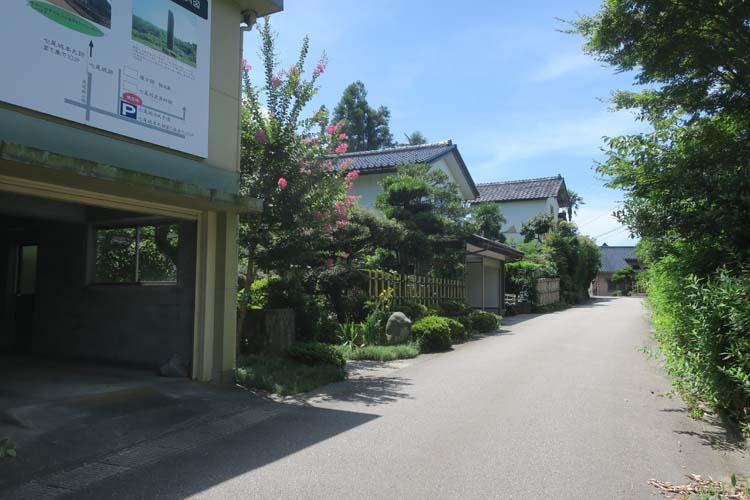 七尾城登城口への道