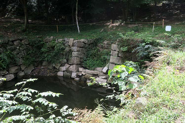 大池の石段