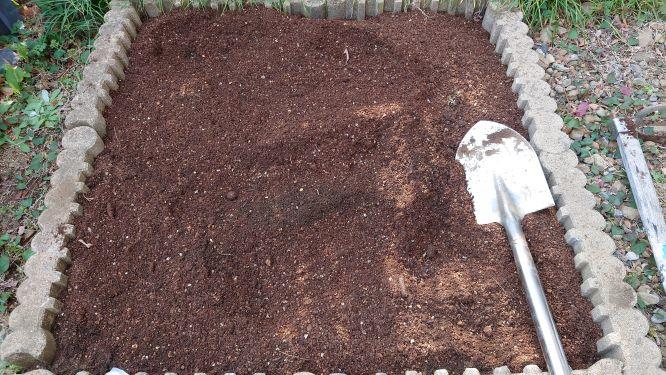 培養土を追加した花壇