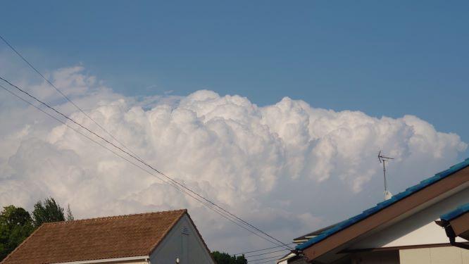 夏のような雲
