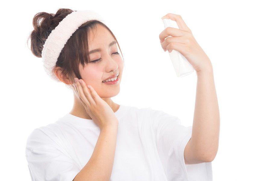 乾燥肌対策のスキンケアをする女性