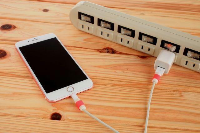 スマホの電源を切り、充電している写真