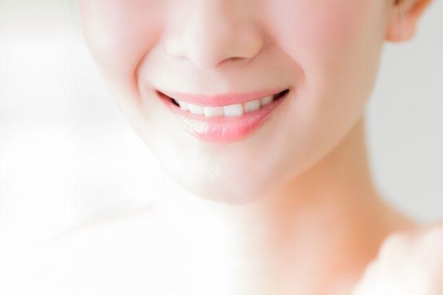 キレイな歯で笑う女性