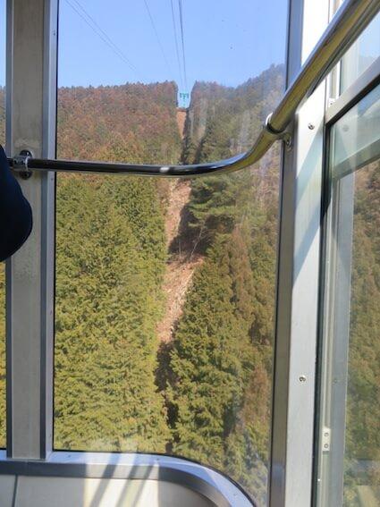 ロープウェイの窓からの風景写真