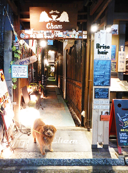 Cafe&Bar CHAMの入り口