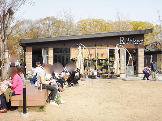 R Baker大阪城公園店とスターバックスコーヒーの間のベンチ