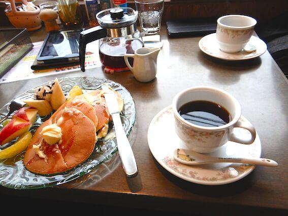 黒川珈琲の珈琲とホットケーキ