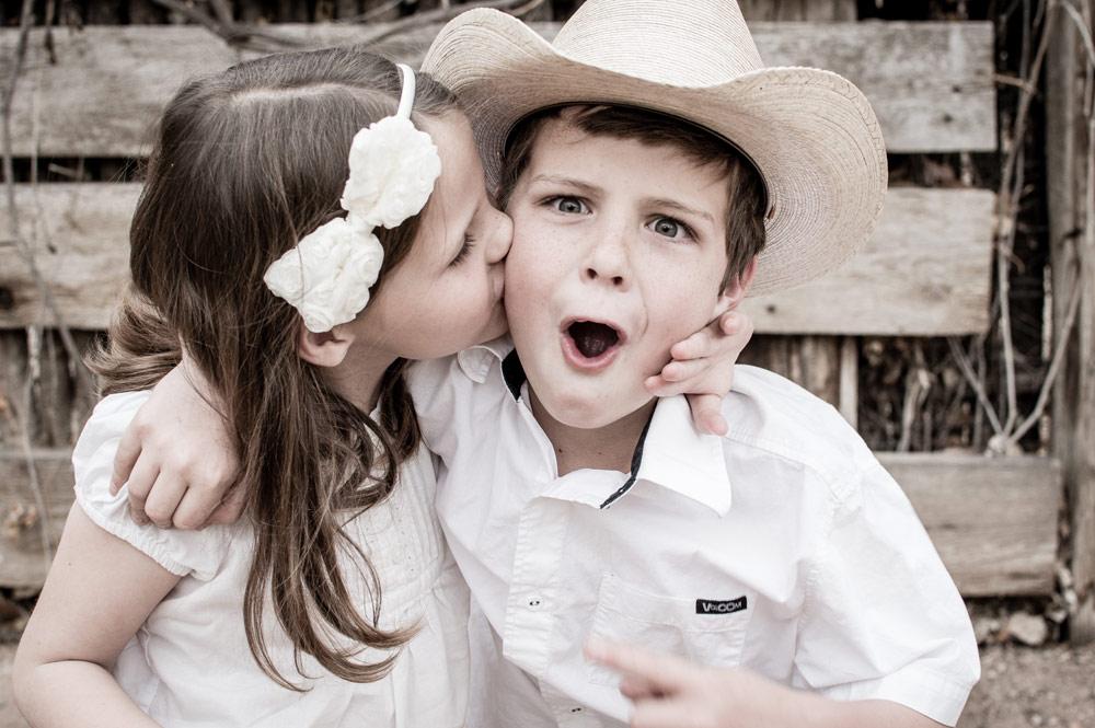 女の子がボーイにキス