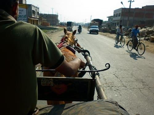 インドとネパールの国境の町ラクサウルで馬車に乗っている様子