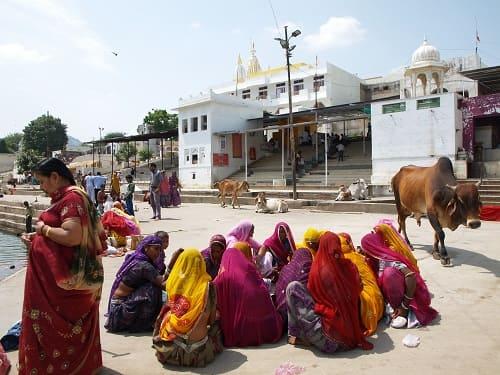ヒンドゥー教の聖地プシュカルの湖の前に座り込む女性たち