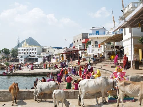 ヒンドゥー教の聖地プシュカルの湖の周りの様子