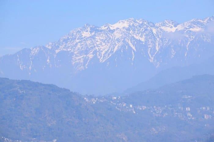 シッキム州の州都ガントックから見えるヒマラヤの山々の写真