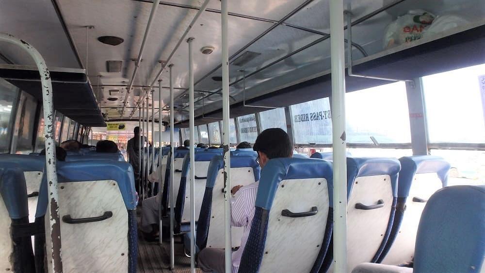 チェンナイの公共バスの車内