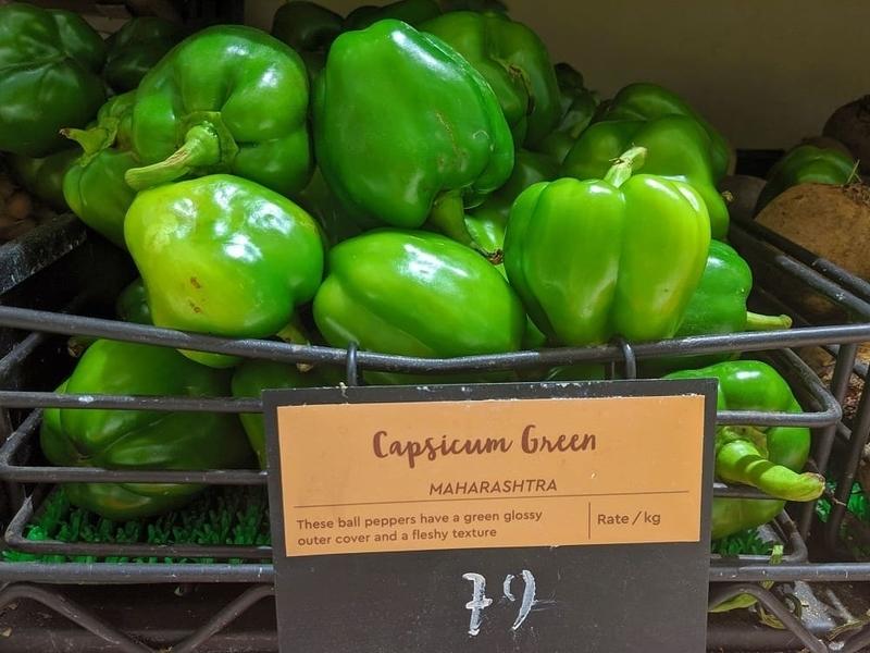 ムンバイの富裕層向けスーパーで売られているピーマンも「capsicum」と表記されている。