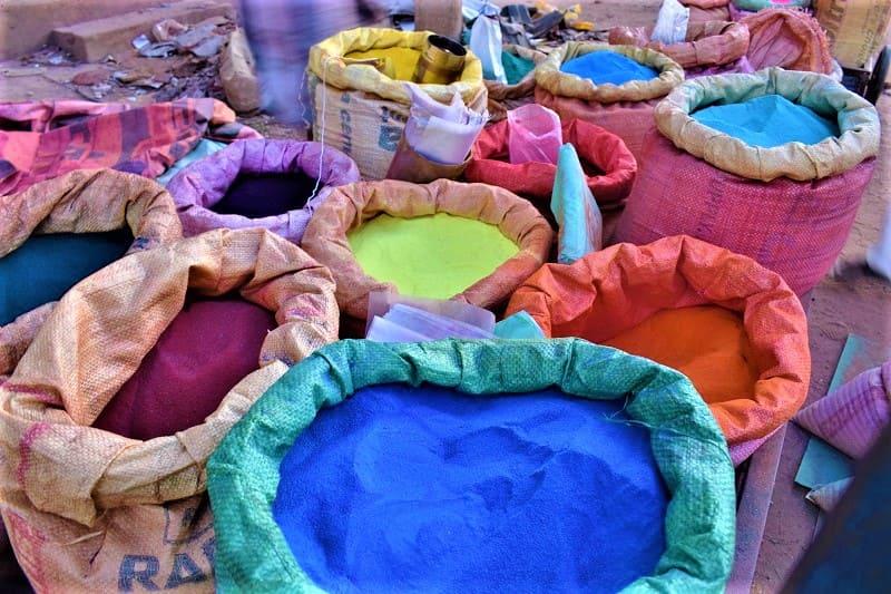 ランゴリを彩るために使われる色とりどりの色粉