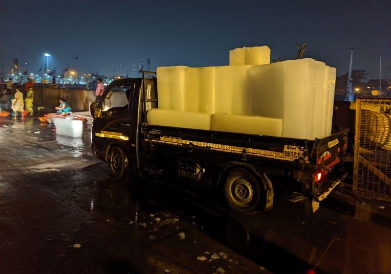 魚を冷やすための氷を運ぶ車
