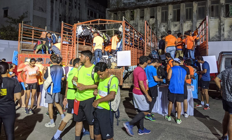 ムンバイマラソンの荷物運搬車