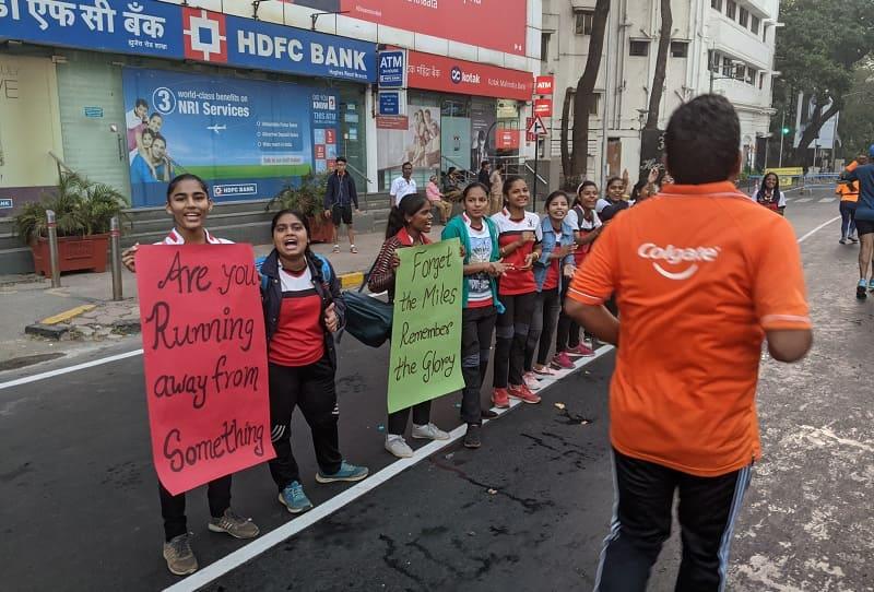 ムンバイマラソンで応援する子供たち