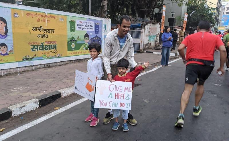 ムンバイマラソンで応援する家族
