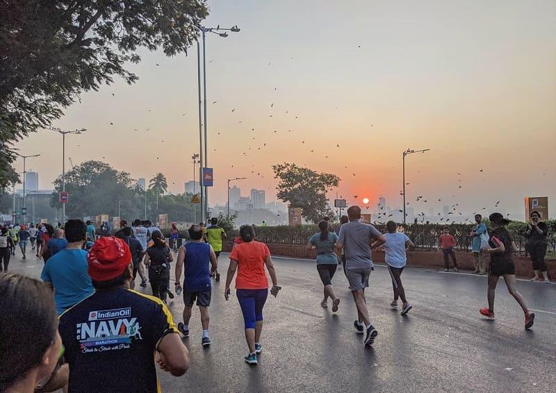 ムンバイマラソンの終盤、マリーンドライブの日の出