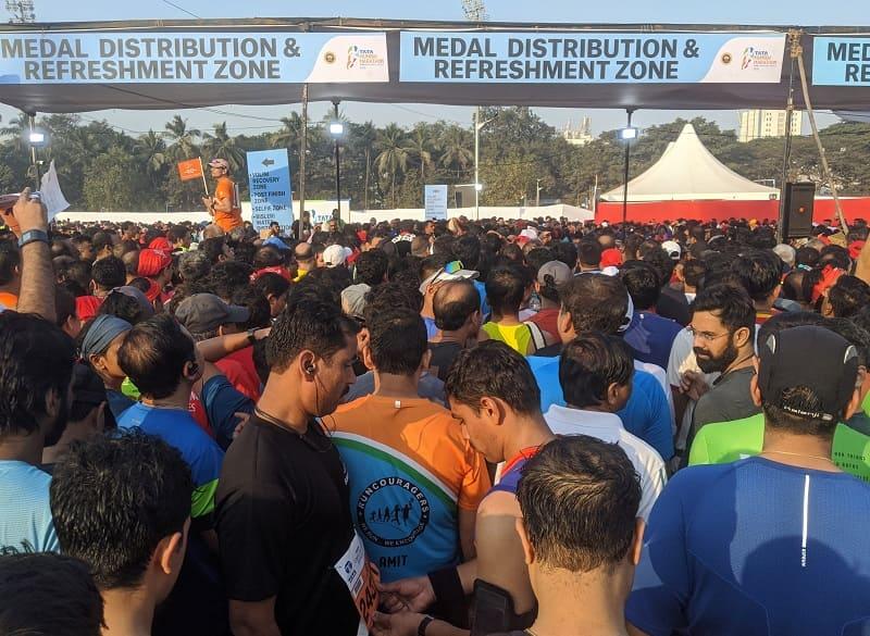ムンバイマラソンでメダル受取待機中の人々