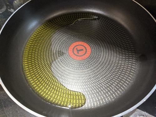 キャベツのポリヤルの作り方(油をひく)