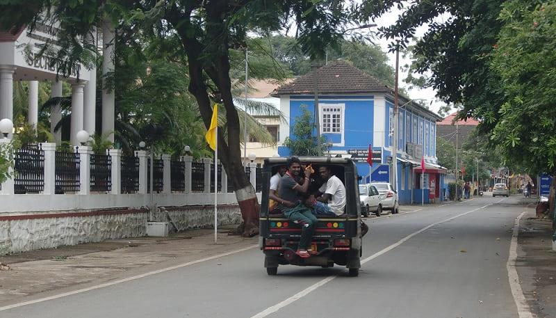 旧ポルトガル植民地ダマン中心部の行政機関が集まるエリアはゴアのような雰囲気