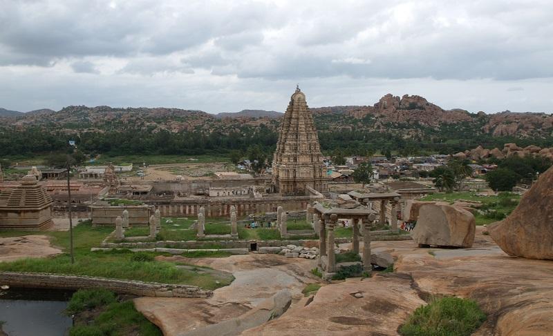 ハンピ最古の寺院ヴィルーパークシャー寺院とその周辺の景色