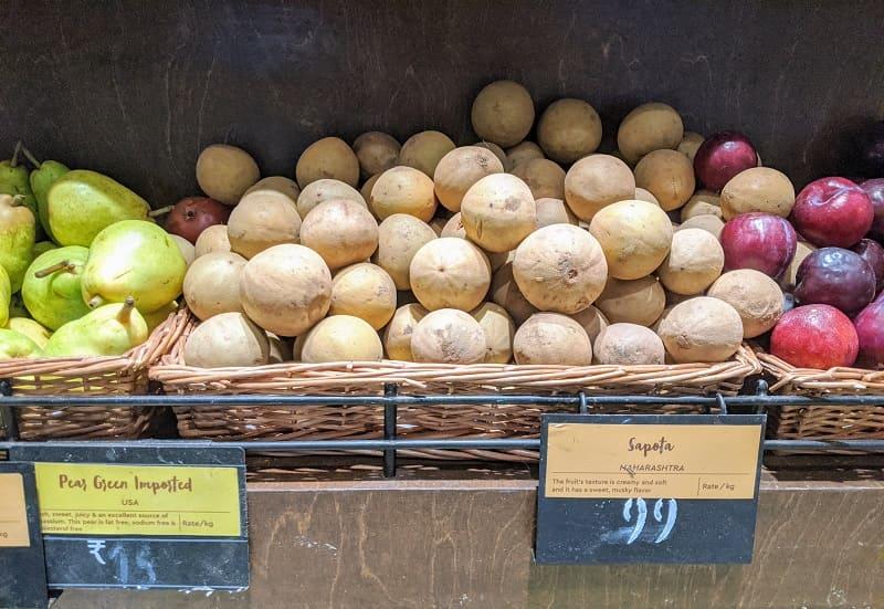 スーパーの果物売り場に並ぶチクー(サポジラ)