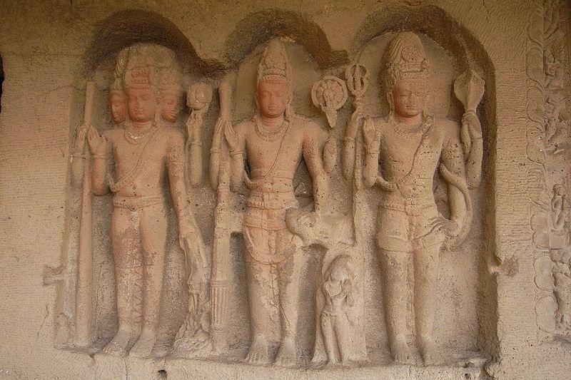 エローラ石窟寺院の三神一体像