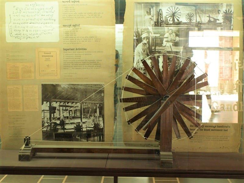 手紡ぎ車(チャルカ)の展示